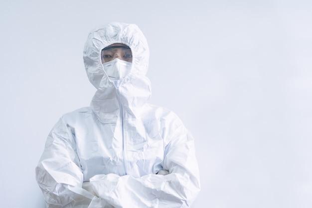 Medizinisches personal in psa-anzug mit spritzen und impfstoffen zur behandlung des covid-19-virus.