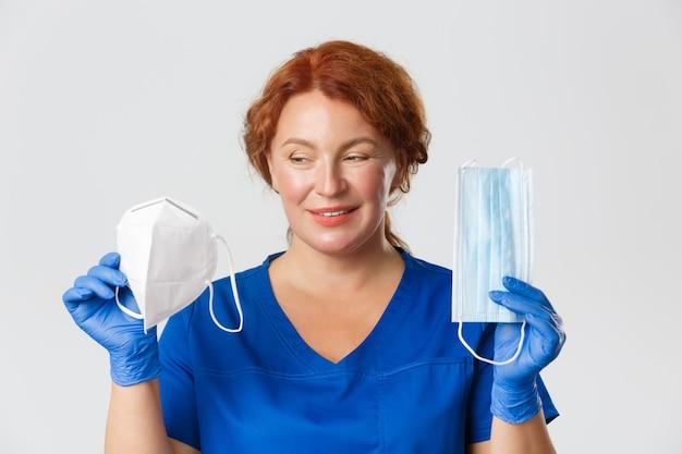 Medizinisches personal kovides pandemie-coronavirus-konzept, nahaufnahme einer lächelnden ärztin, die ...