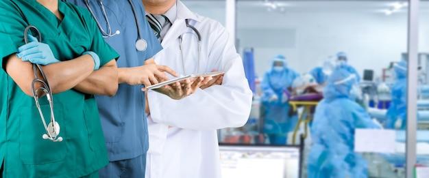 Medizinisches personal menschengruppe im krankenhausbüro ärzte krankenschwester und chirurg arzt konzept