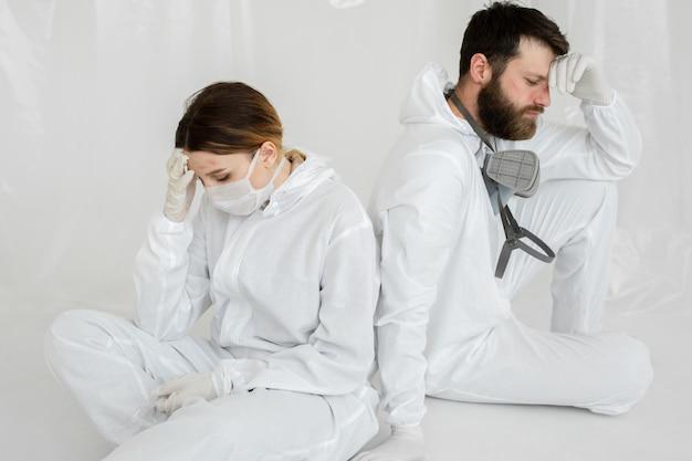 Medizinisches personal mit burnout auf der intensivstation während einer coronavirus-pandemie. anzeichen von überlastung und irrtum