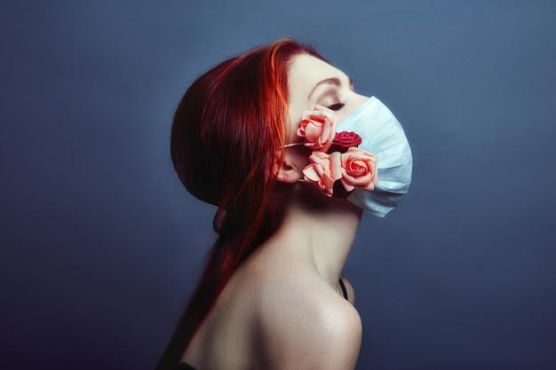 Medizinisches respiratorgesicht der kunstmode-rothaarigefrau