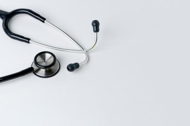 Medizinisches stethoskop auf einem weißen
