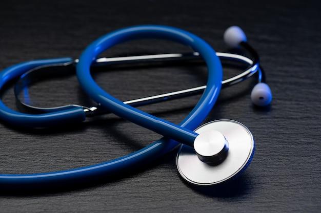 Medizinisches stethoskop auf grauem tisch