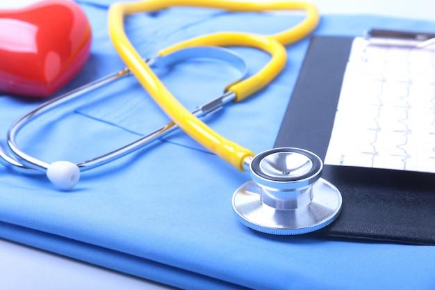Medizinisches stethoskop, patientenanamnese, rx-verordnung, rotes herz und blaue doktoruniform.