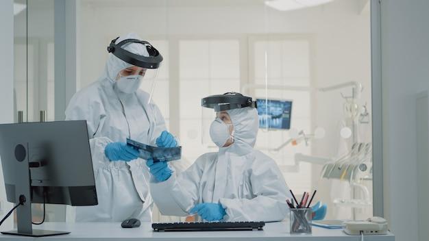 Medizinisches stomatologiepersonal, das an der zahngesundheit des patienten arbeitet