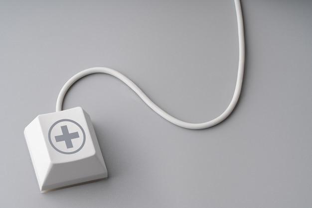 Medizinisches symbol auf tastatur mit kabelmaus