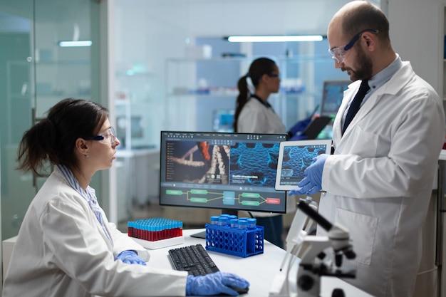 Medizinisches team eines biologen, der an der behandlung von coronaviren arbeitet