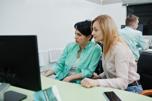 Medizinisches thema. beobachtungsraum mit computertomograph. der arzt berät den patienten im mrt-büro im diagnosezentrum im krankenhaus.