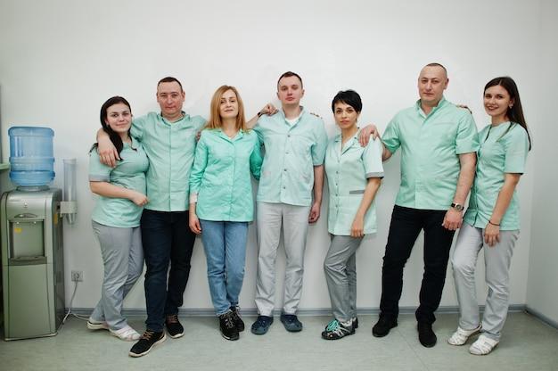 Medizinisches thema. porträt der ärztegruppe an der rezeption des diagnosezentrums im krankenhaus.