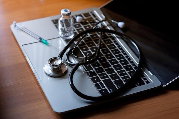 Medizinisches untersuchungswerkzeug auf einem notebook platziert