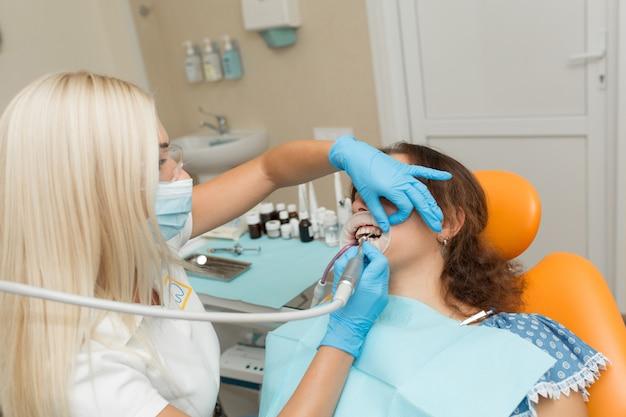 Medizinisches zahnarztverfahren der nahaufnahme von den zähnen, die mit sauberem polieren.