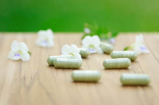 Medizinkapseln aus biologischem kraut für eine gesunde ernährung