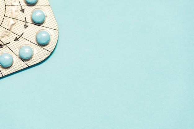 Medizinpillen auf auf blauem hintergrund. speicherplatz kopieren.