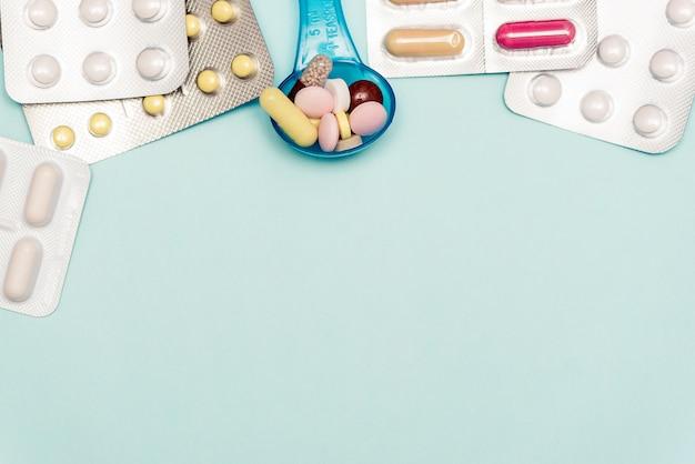 Medizinpillen auf auf blauem hintergrund.