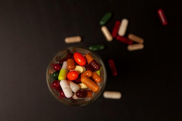 Medizinpillen in tabletten und kapseln im vintage-retro-bildstil