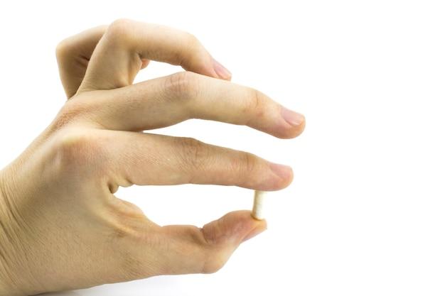 Medizinpillen oder kapseln in der hand, handfläche oder den fingern eines arztes oder einer krankenschwester. verschreibung von medikamenten zur behandlung von medikamenten. pharmazeutisches medikament, heilung in behälter für die gesundheit. antibiotikum