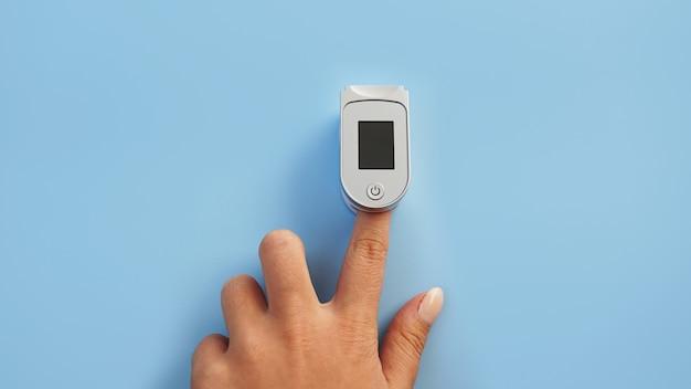 Medizinprodukt für hypoxie. weiblicher finger in einem pulsoximeter