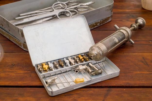 Medizinprodukte aus dem zweiten weltkrieg während des historischen wiederaufbaus Premium Fotos