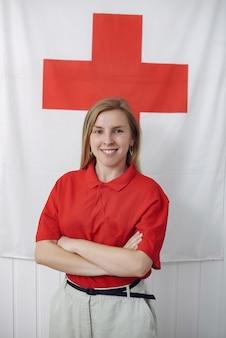 Medizinstudent lächelt und schaut in die kamera