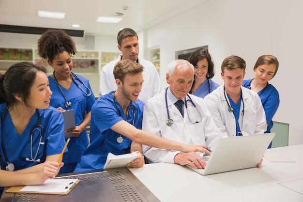 Medizinstudenten und professor, die laptop verwenden