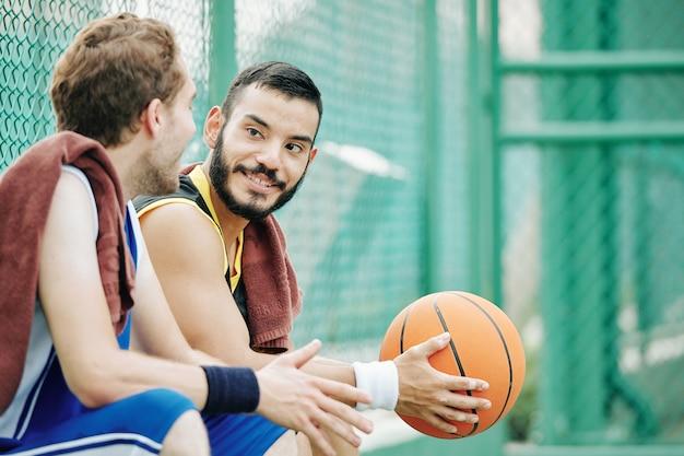 Medn spricht nach dem basketballspiel