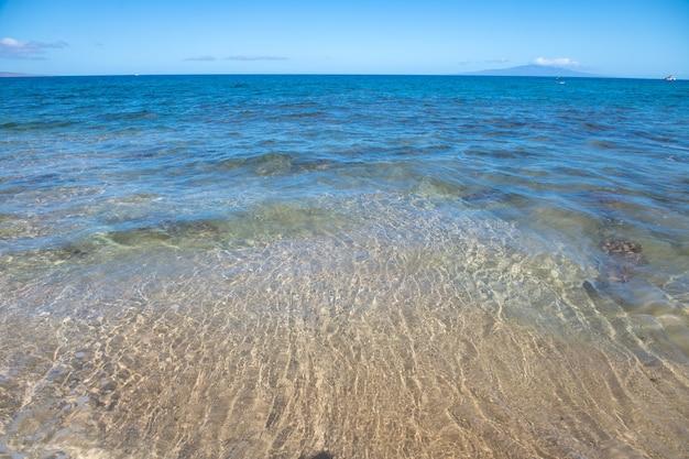 Meer hintergrund natur des tropischen sommerstrandes mit sonnenstrahlen licht sandstrand meerwasser mit kopie...