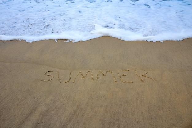 Meer mit sommer auf dem strandsand geschrieben