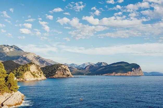 Meer- und bergblick. petrovac na moru in montenegro