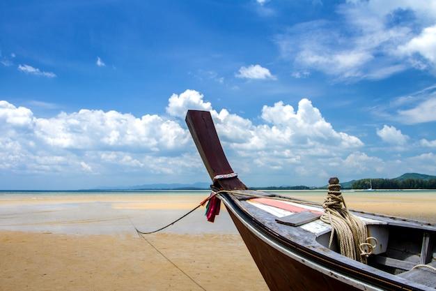 Meer und blauer himmel mit boot des langen schwanzes und, phuket in thailand