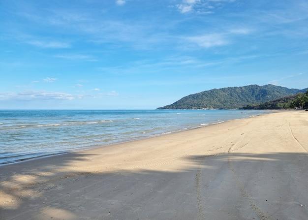 Meer und blauer himmel mit wolken und wellen am strand