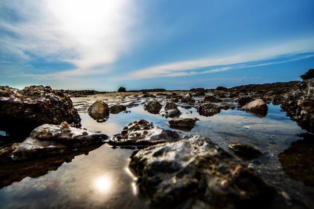 Meer und felsen am sonnenuntergang