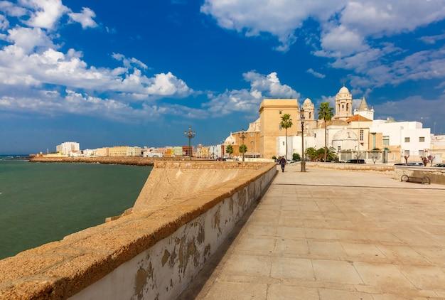 Meer und kathedrale in cadiz, andalusien, spanien
