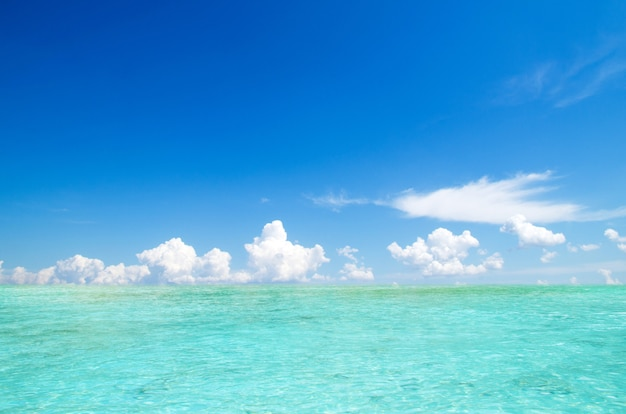 Meer und perfekter himmel