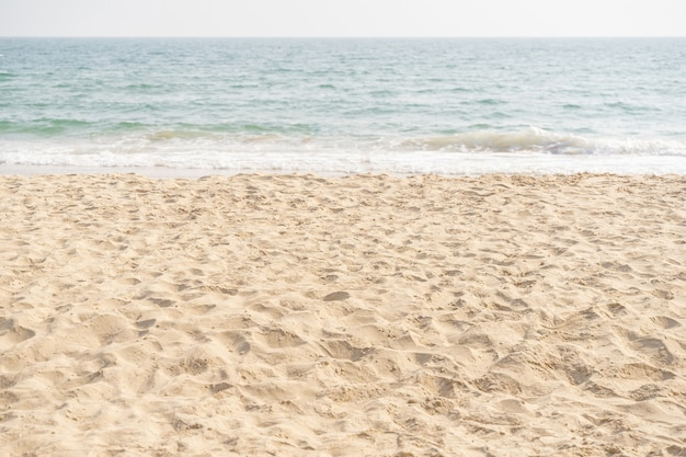 Meer und sand am tropischen strand für urlaubshintergrund.