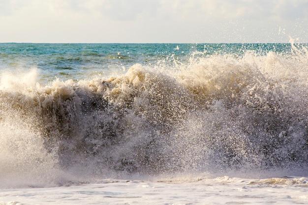 Meer und wellen, stürmisches wetter, wellen und spritzer in batumi