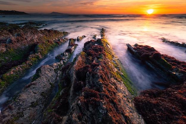 Meer, welches die küste bei bidart, baskenland schlägt.