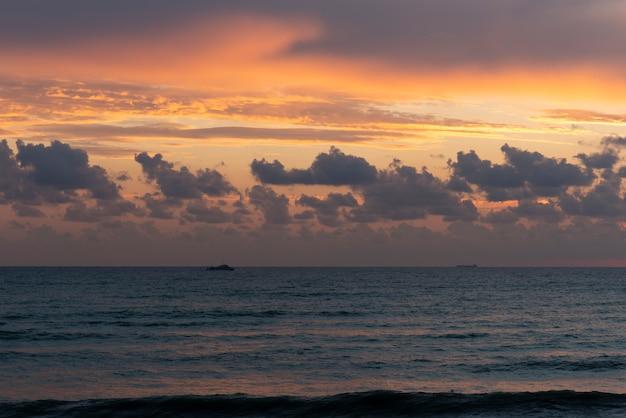 Meerblick am abend bei sonnenuntergang.