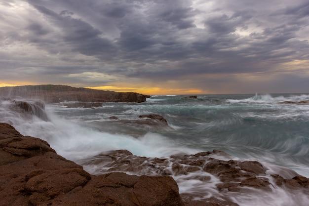 Meerblick anna bay-strand am morgen mit sonnenaufganghimmel und drastischer strom wolke