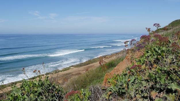 Meerblick aussichtspunkt, aussichtspunkt in del mar torrey pines, kalifornische küste usa. meereswellen übersehen