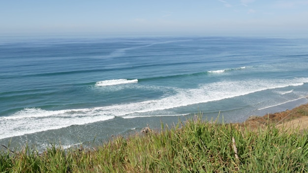 Meerblick-aussichtspunkt in del mar in der nähe von torrey pines, kalifornische küste usa. ozean meereswellen, steile klippe.