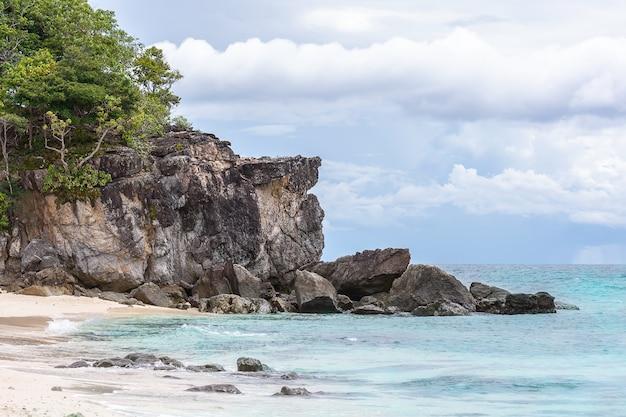 Meerblick mit kleiner insel, koh khai island, stun, thailand