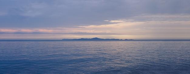 Meerblick mit schönem sonnenuntergang, weinleseart, kühler ton