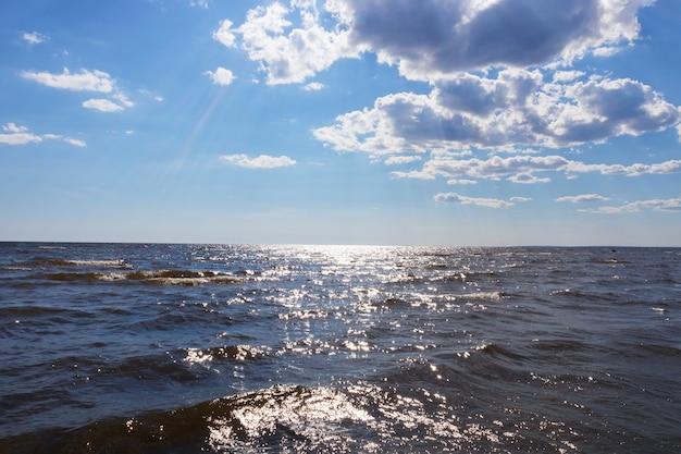 Meerblick unter blauem himmel mit wolken, schöner sonniger meerblick.