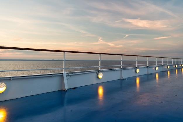 Meerblick vom kreuzfahrtschiff am abend