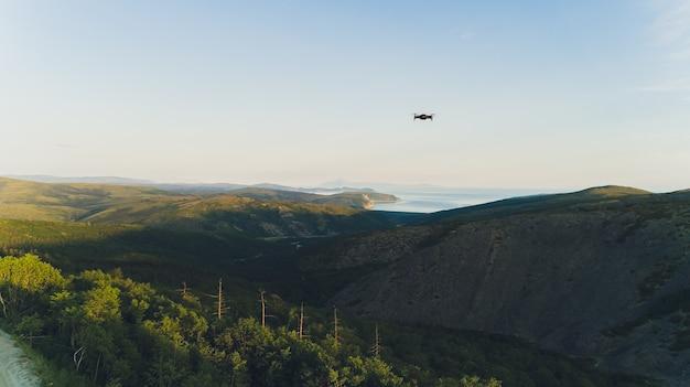 Meeresbucht umgeben von bergen. halbinsel kony. das meer von ochotsk. magadan region. russland.