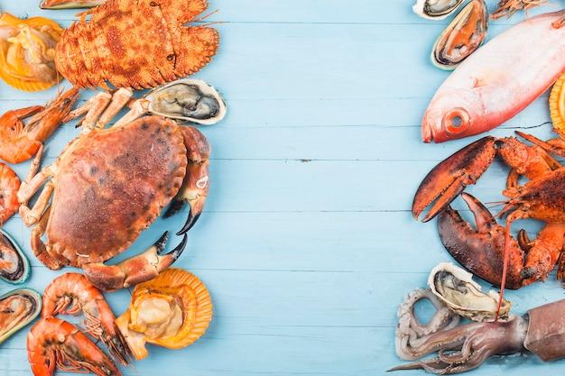 Meeresfrüchte-abendessen meeresfrüchte-abendessen mit frischer hummerkrabbenmuschel und auster als hintergrund