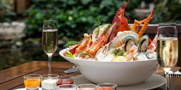 Meeresfrüchte auf eis mit weißwein
