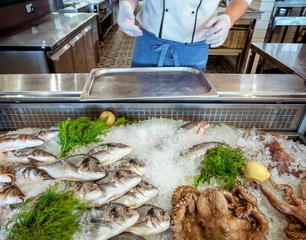 Meeresfrüchte auf eis und menschenhand