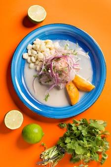 Meeresfrüchte-ceviche, typisches gericht aus peru. von oben betrachten