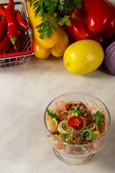 Meeresfrüchte-ceviche, typisches gericht aus peru.